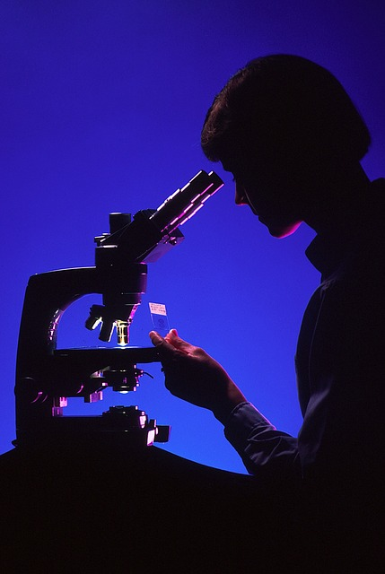 scientist-with-microscope-996187_640